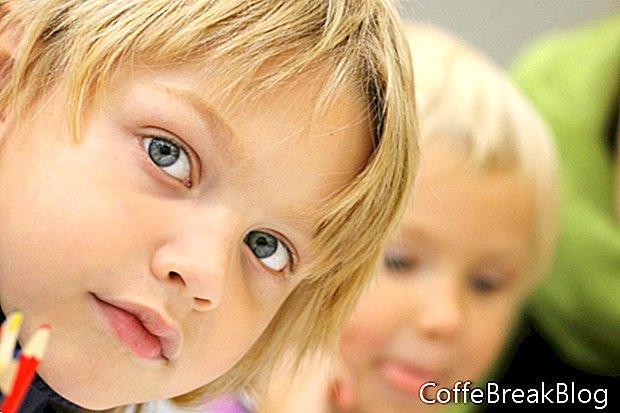 Muffin ai frutti di bosco della crusca d'avena con i bambini in età prescolare